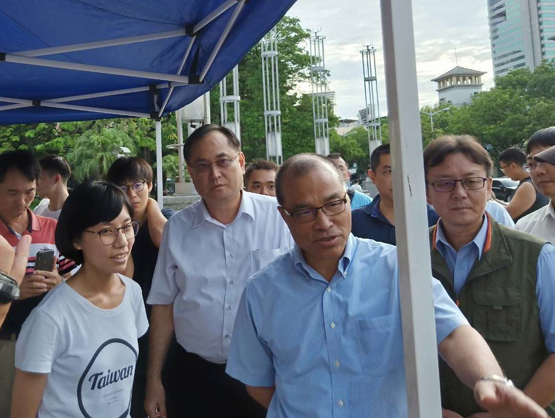 高雄市副市長葉匡時到高雄「反對逃犯條例」集會,探視港生。圖/高雄市府提供