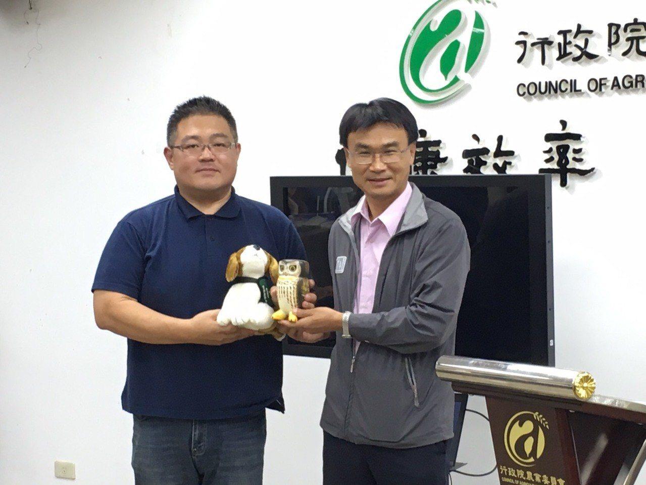 農委會主委陳吉仲(右)致贈禮物感謝首位發現秋行軍蟲的張先生。記者吳姿賢/攝影