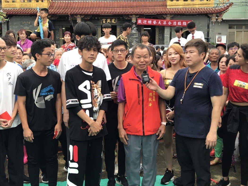 錄影過程中,阿翔(左二)常若有所思,甚至表情凝重。記者葉君遠/攝影