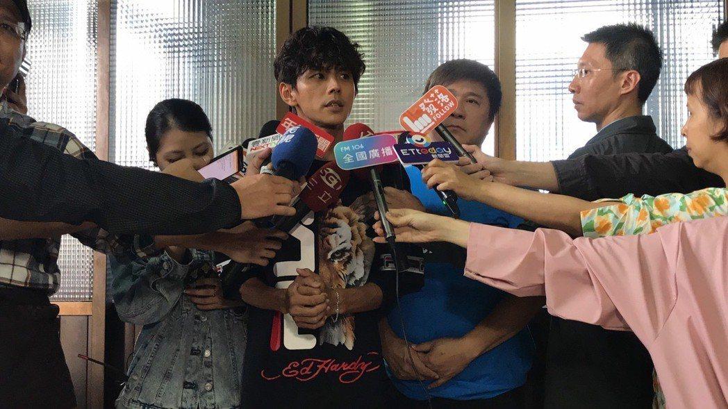 阿翔(右四)錄影前出面說明事件,胡瓜(右三)一旁陪伴補充。記者葉君遠/攝影