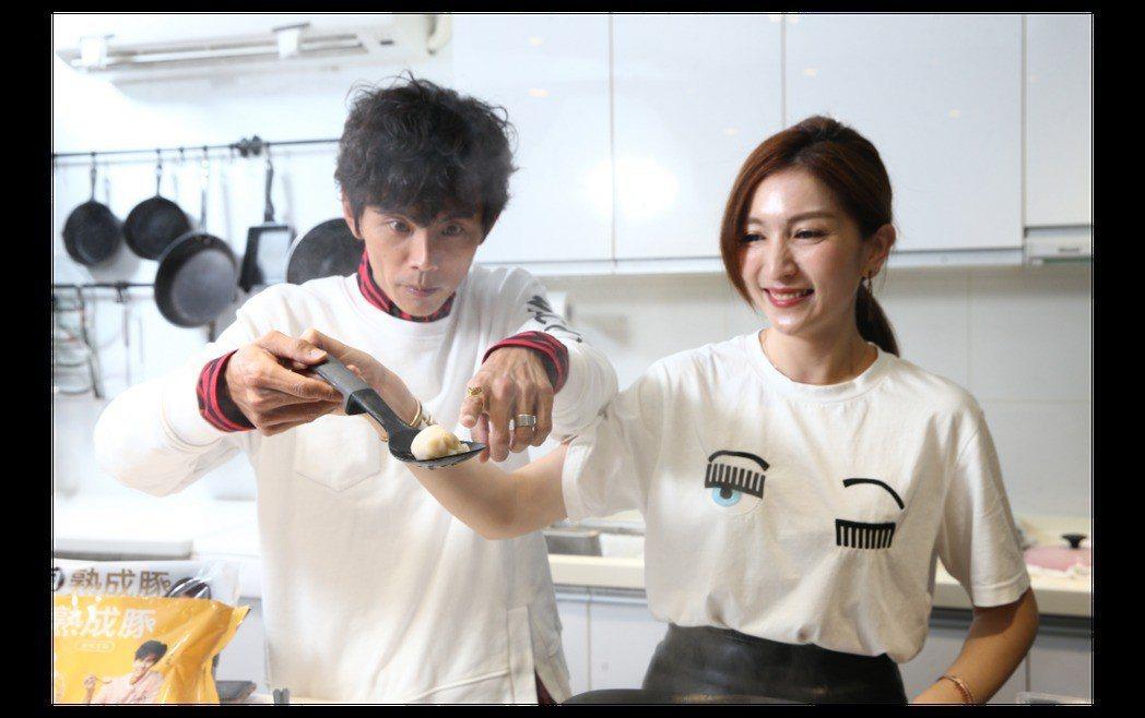 阿翔(左)和老婆互動熱絡,兩人之間仍有愛的情意在。本報資料照