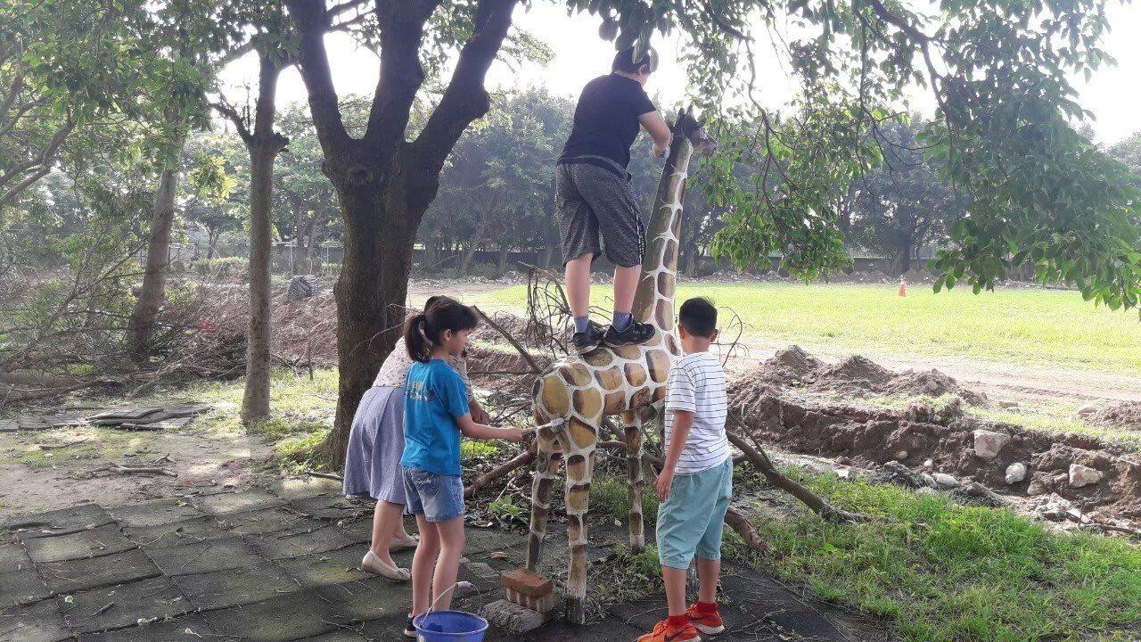 二林高中美術社與香田國小學生一起將校園老舊動物雕塑煥然一新。記者林敬家/攝影