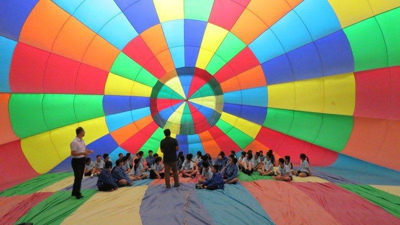 平鎮區家長會長協會今天在東安國中,邀400名弱勢及偏鄉學生,參加熱氣球科學營公益活動,學生可走進入熱氣球內部體驗,觀察了解氣球內部的構造原理。記者張弘昌/攝影
