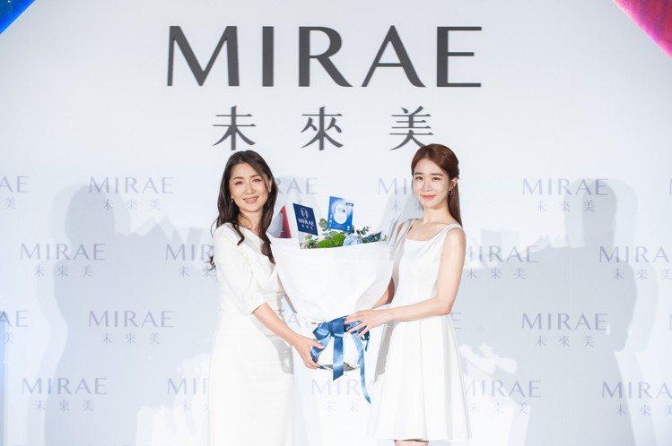 未來美董事長胡蕙郁獻花歡迎全新代言人劉寅娜來台。圖/未來美提供