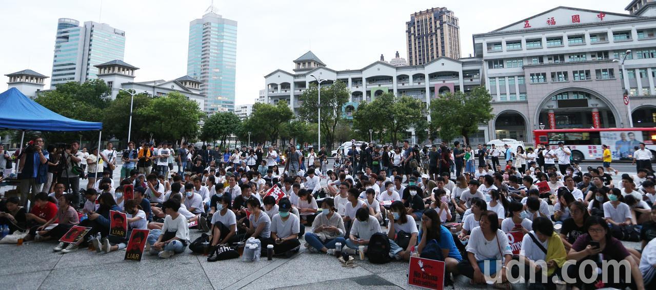 在高雄求學的香港學生與上百位民眾今天在高雄文化中心發起「反對逃犯條例」集會,共同...