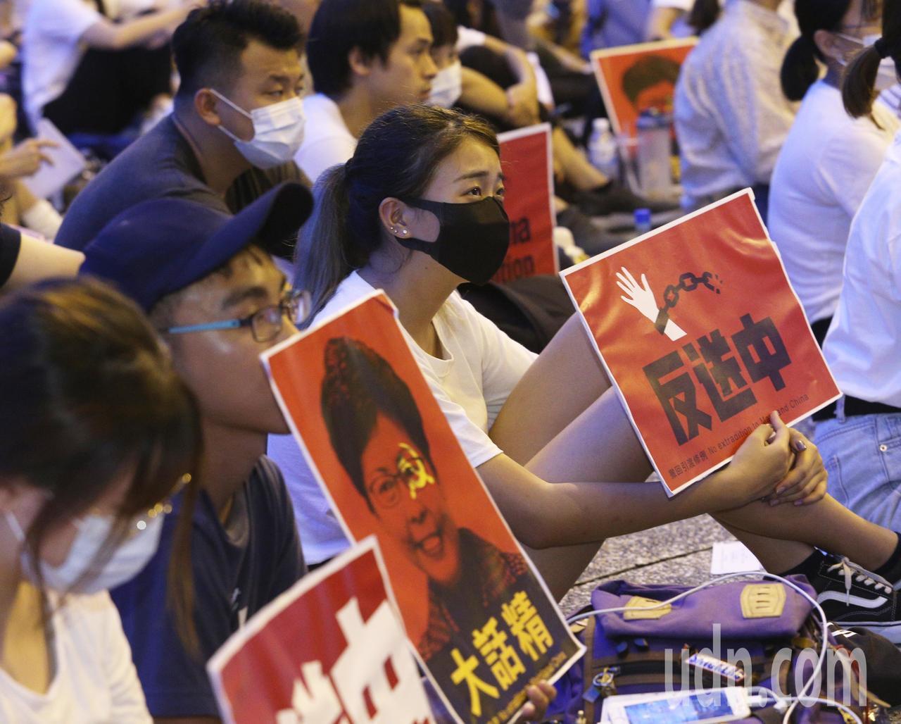 數十名在高雄求學的香港學生今天在高雄文化中心發起「反對逃犯條例」集會,共同表達香...