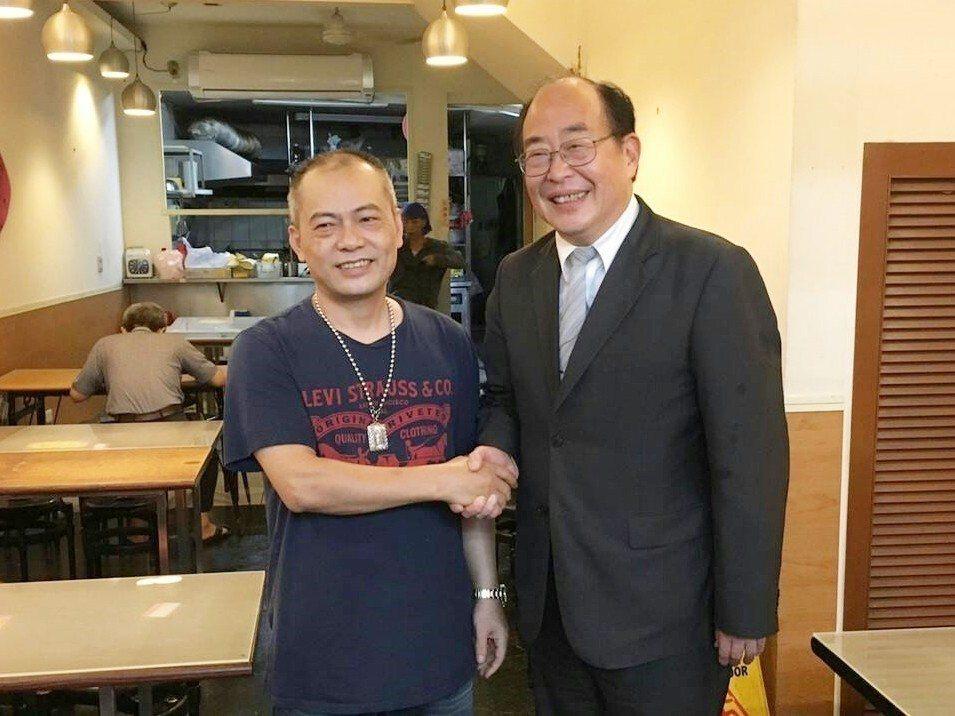 香港人「小曹」 來台觸犯偽造有價證券罪被判刑,出獄後在更保台中分會及家人支持下,...