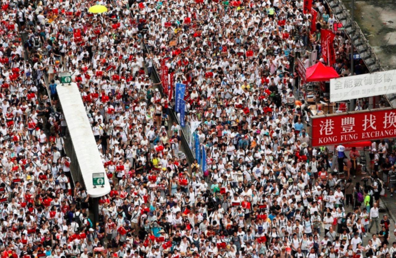 香港「反送中」遊行吸引大批人潮。路透