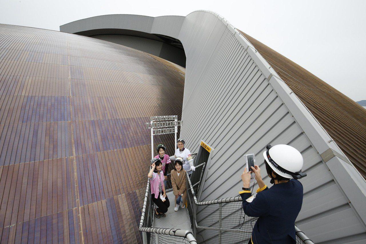 「福岡Yafuoku!巨蛋」是日本唯一開放可預約上到屋頂的「冒險行程」,球迷可透...