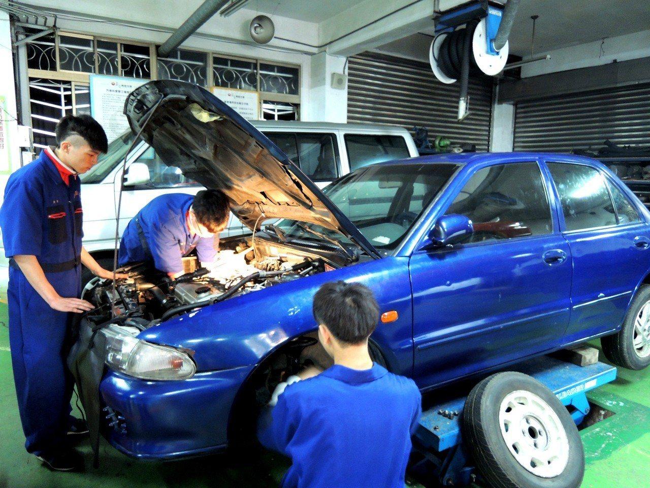 喜歡動手操作的考生,適合念汽車等高職類科。記者張錦弘/攝影