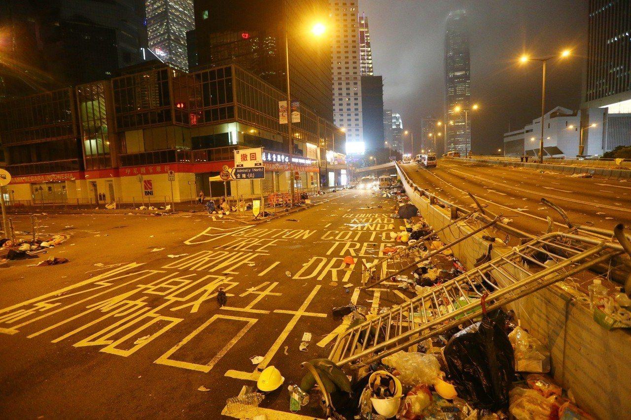 港警今強勢驅離示威者,立法會周邊道路一片狼籍,宛如死城。特派記者王騰毅/攝影