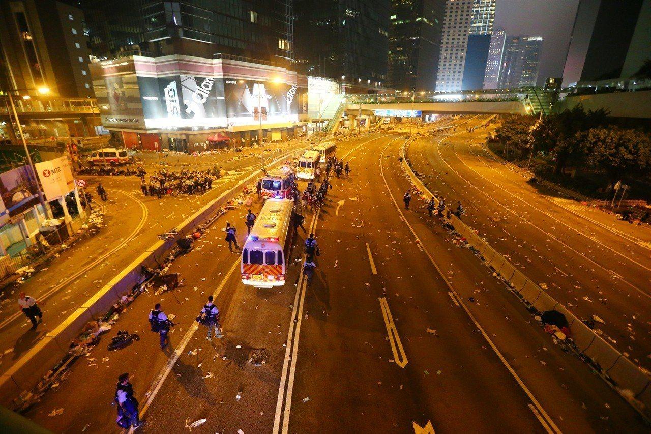 港警今強勢驅離示威者,立法會周邊道路一片狼籍,只剩零星警方的車輛進駐。特派記者王...