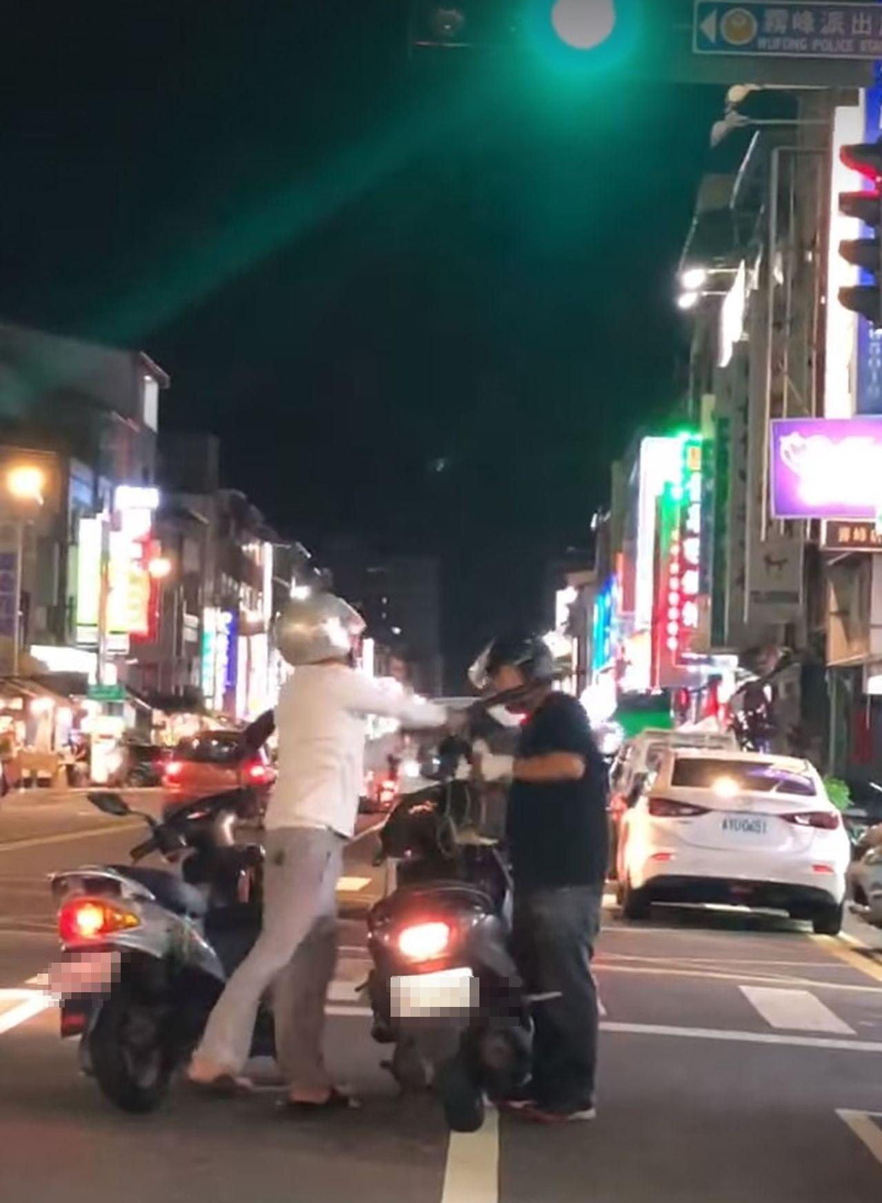余姓機車騎士(左)因行車糾紛,在街頭怒拿健身棒猛K諶姓男子(右),全程被PO在臉...