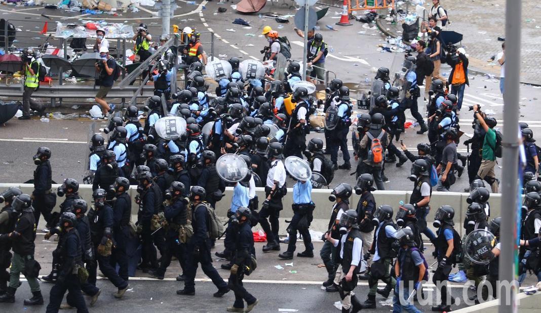 警方正不停發射催淚瓦斯,試圖驅散「違法集結」的示威群眾。立法會全面封鎖,大批員警...