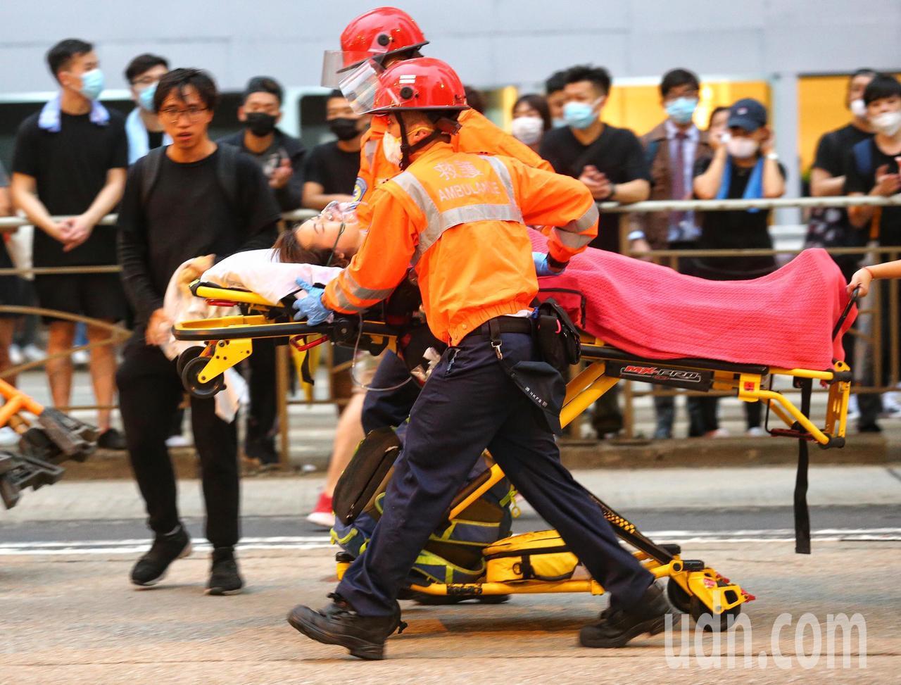 港警強勢驅離在香港立法會外聚集的示威者,造成多人受傷。特派記者王騰毅/攝影