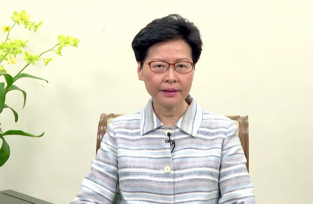 香港特首林鄭月娥12日晚上向全港市民發表談話,稱這次不是和平集會,而是公然、有組...