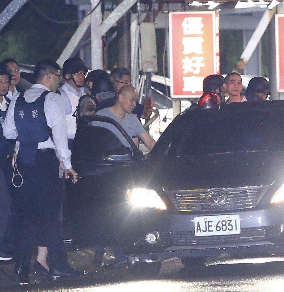 歹徒挾持人質,一度拒絕投降,在親情喊話,才交出槍枝與釋放人質。記者陳柏亨/攝影