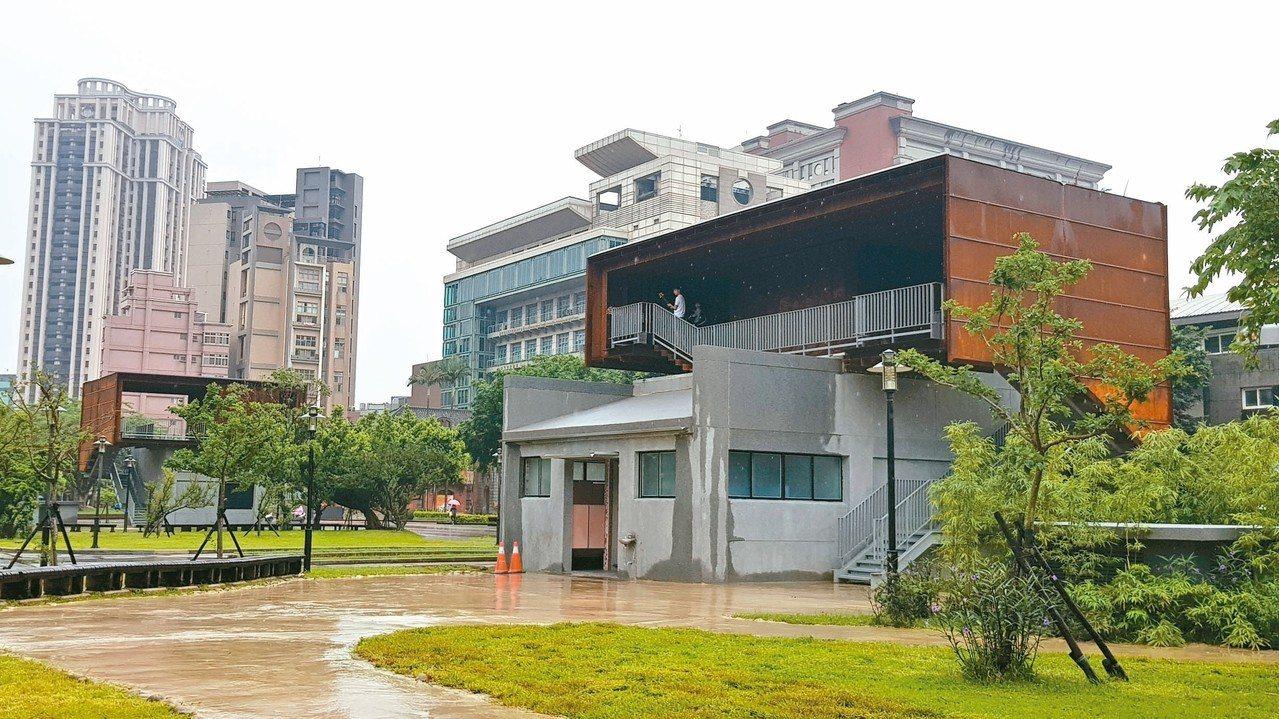 新竹市府利用府後街停車場出口改造幸福、微笑盒子,成為景觀與新闢休閒空間,被議員譏...