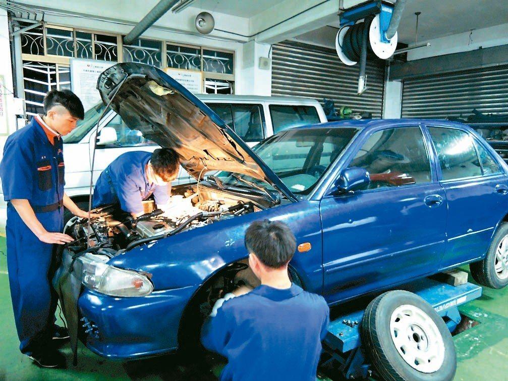 喜歡動手操作的考生,適合念汽車等高職類科。 記者張錦弘/攝影