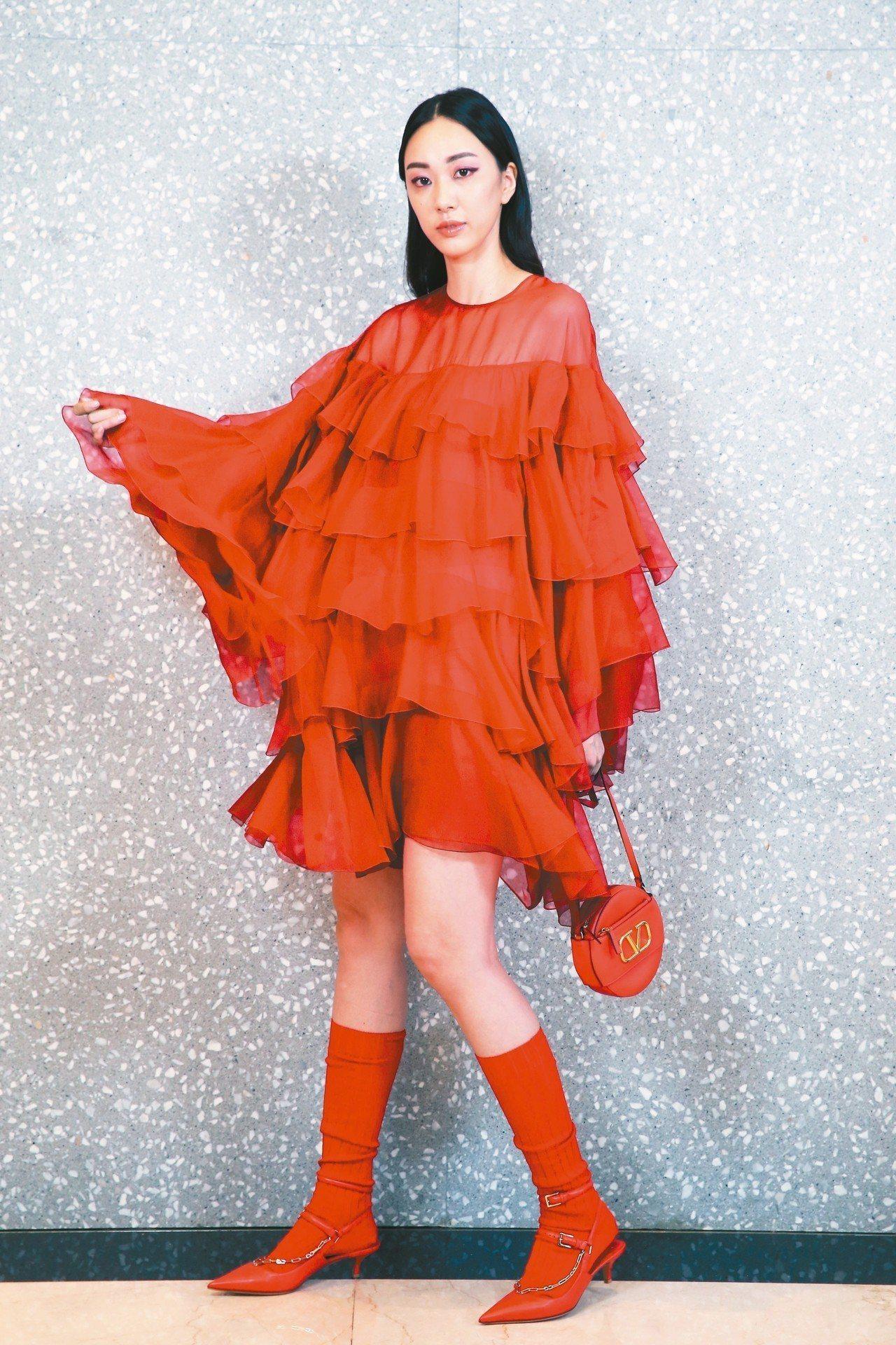 Valentino紅色垂墜荷葉褶飾烏干紗洋裝196,000元,Valentino...