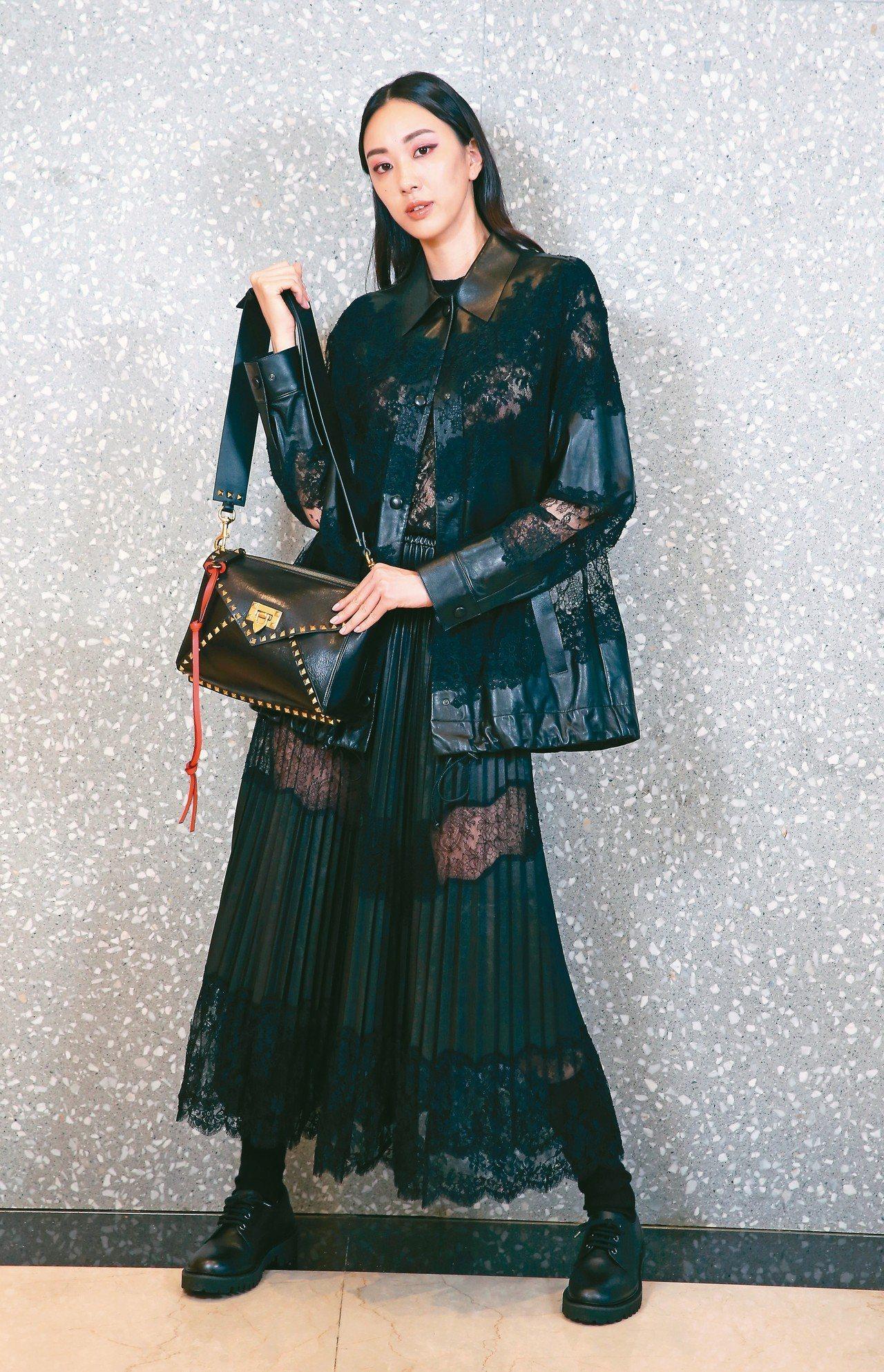 Valentino香緹蕾絲嵌飾皮革外套31萬元,香緹蕾絲嵌飾壓褶皮裙29萬4,0...