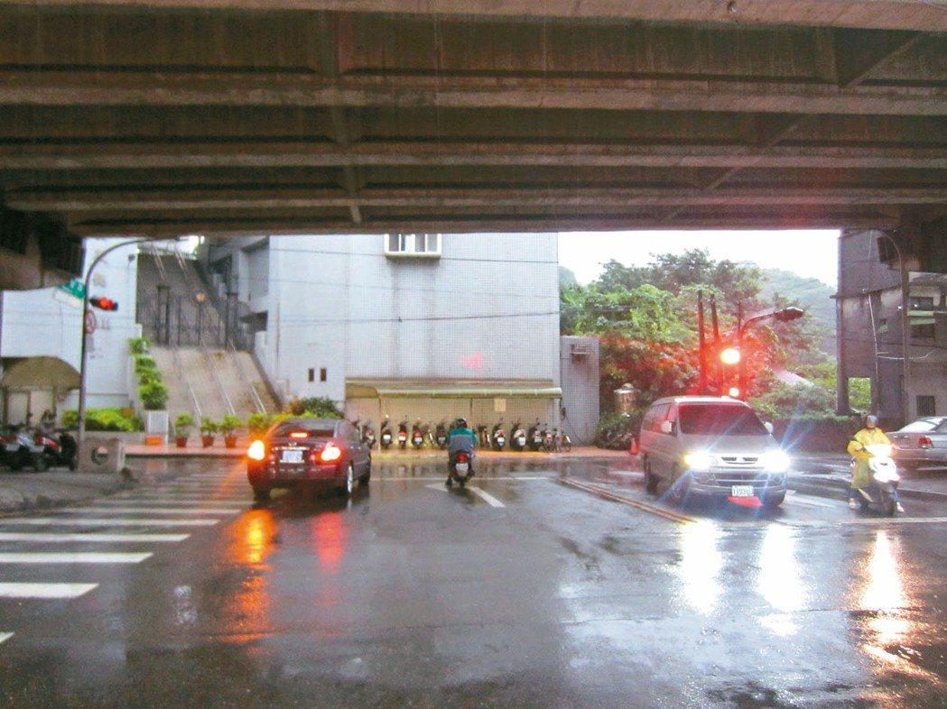 陳姓男子開車從汐止長安街紅燈左轉被罰2700元,他認為依當地道路設計,應比照紅燈...