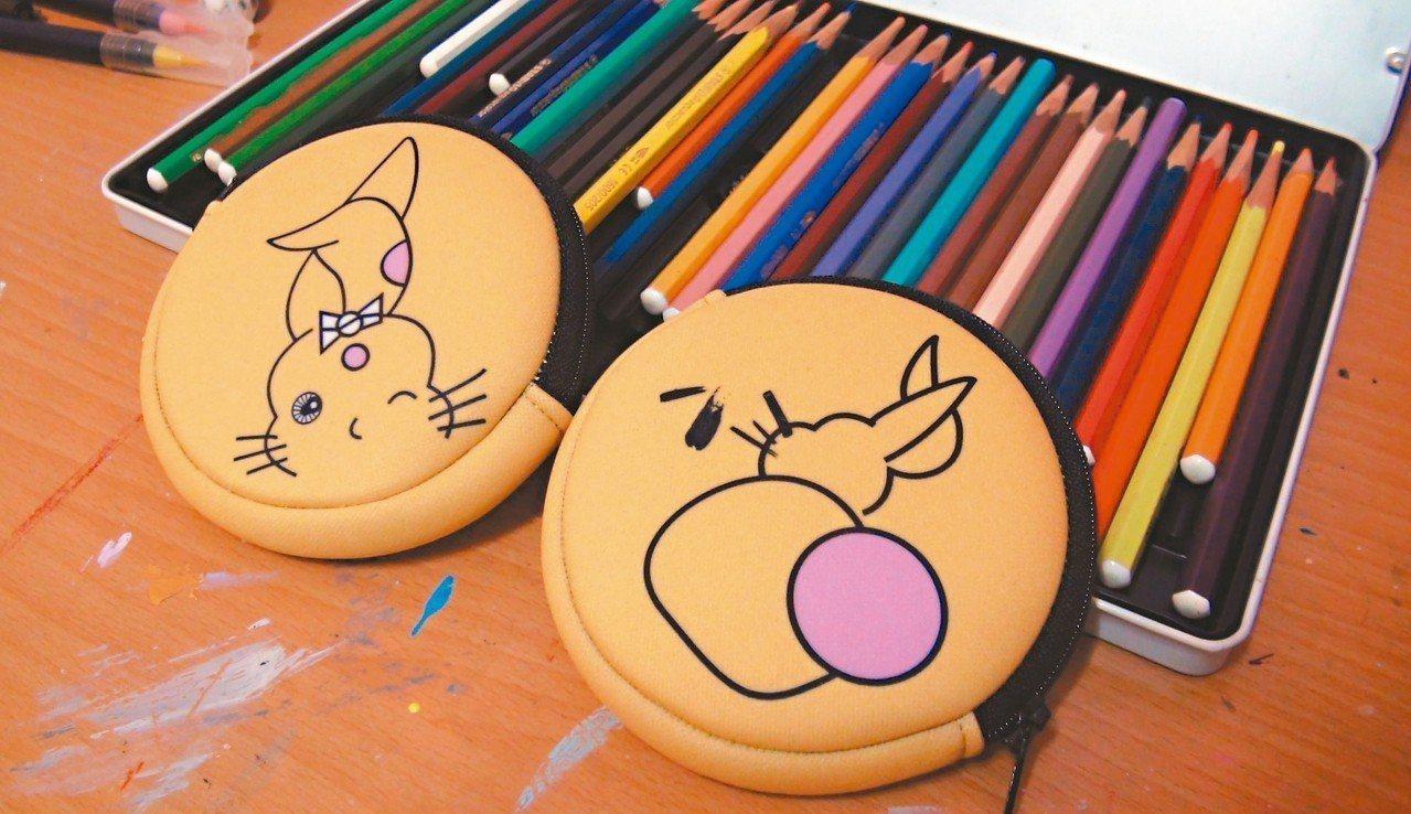 8兔除是傳情達意的line貼圖,也開發出零錢包、絲巾等文創品。 記者王昭月/攝影