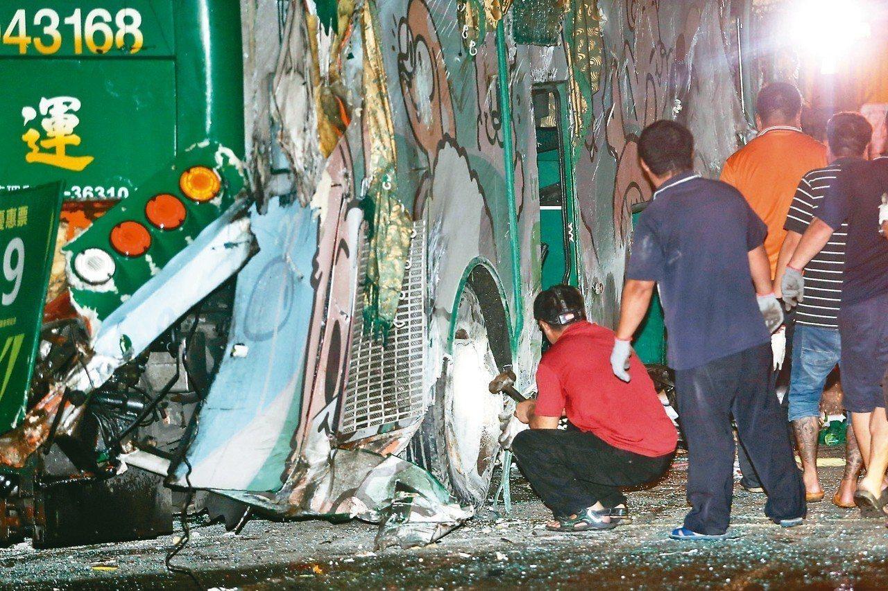 阿羅哈遊覽車日前發生嚴重事故,圖為警消檢視車輛損壞情形。 圖/聯合報系資料照片