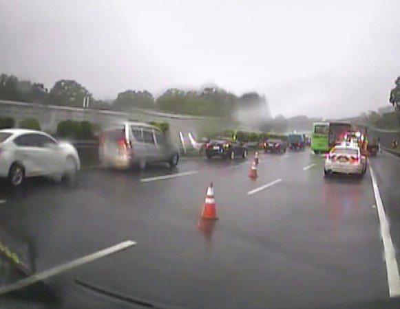 國道1號北上127公里苗栗縣頭屋路段今天上午一輛小貨車在大雨中,疑似打滑翻車,車內4人輕重傷送醫。 記者范榮達/翻攝