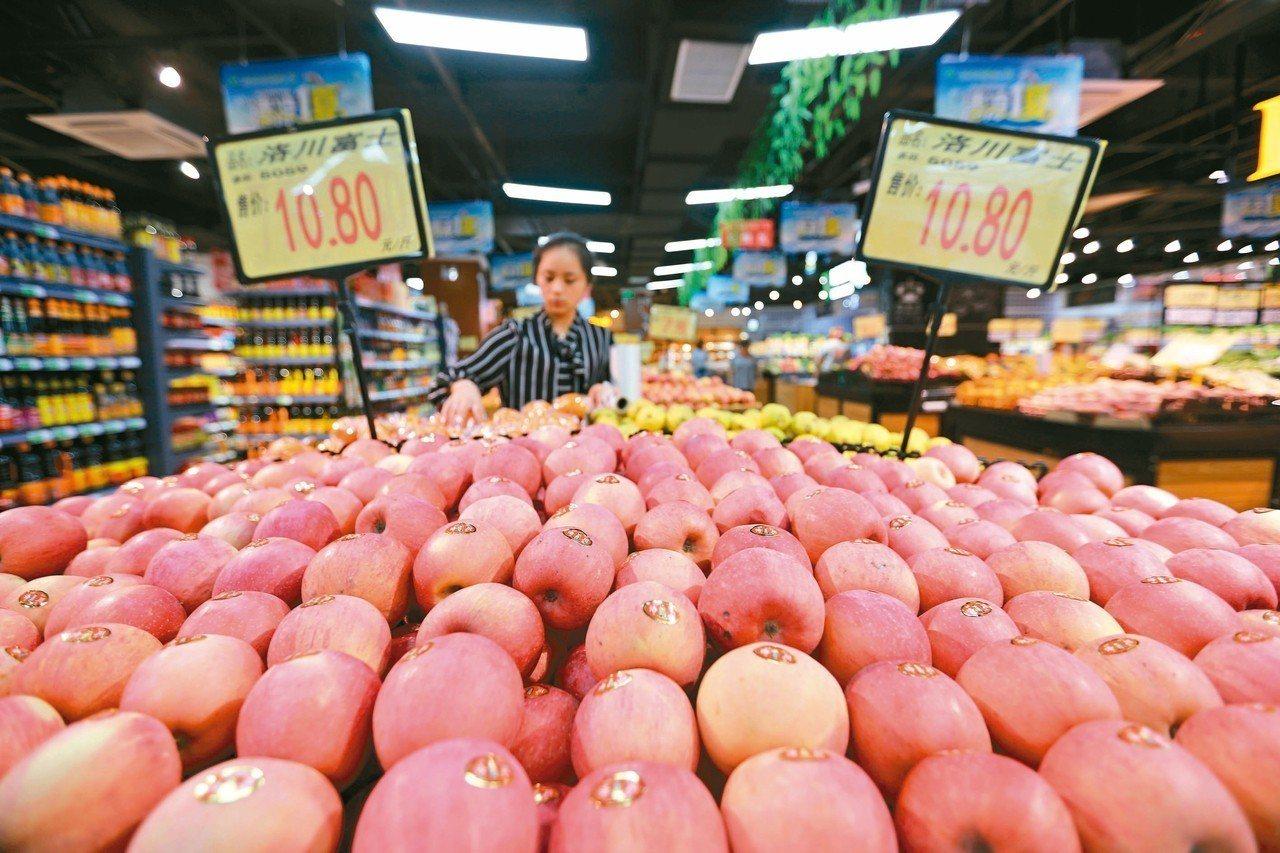 大陸今年五月的消費者物價指數創十五個月來的新高,水果價格仍然居高不下。 (新華社...