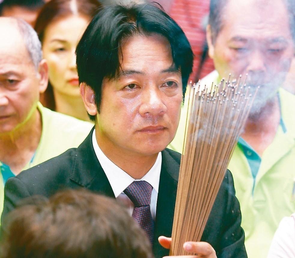 行政院前院長賴清德拿香「集氣」,希望媽祖保佑他順利當選總統。 記者杜建重/攝影