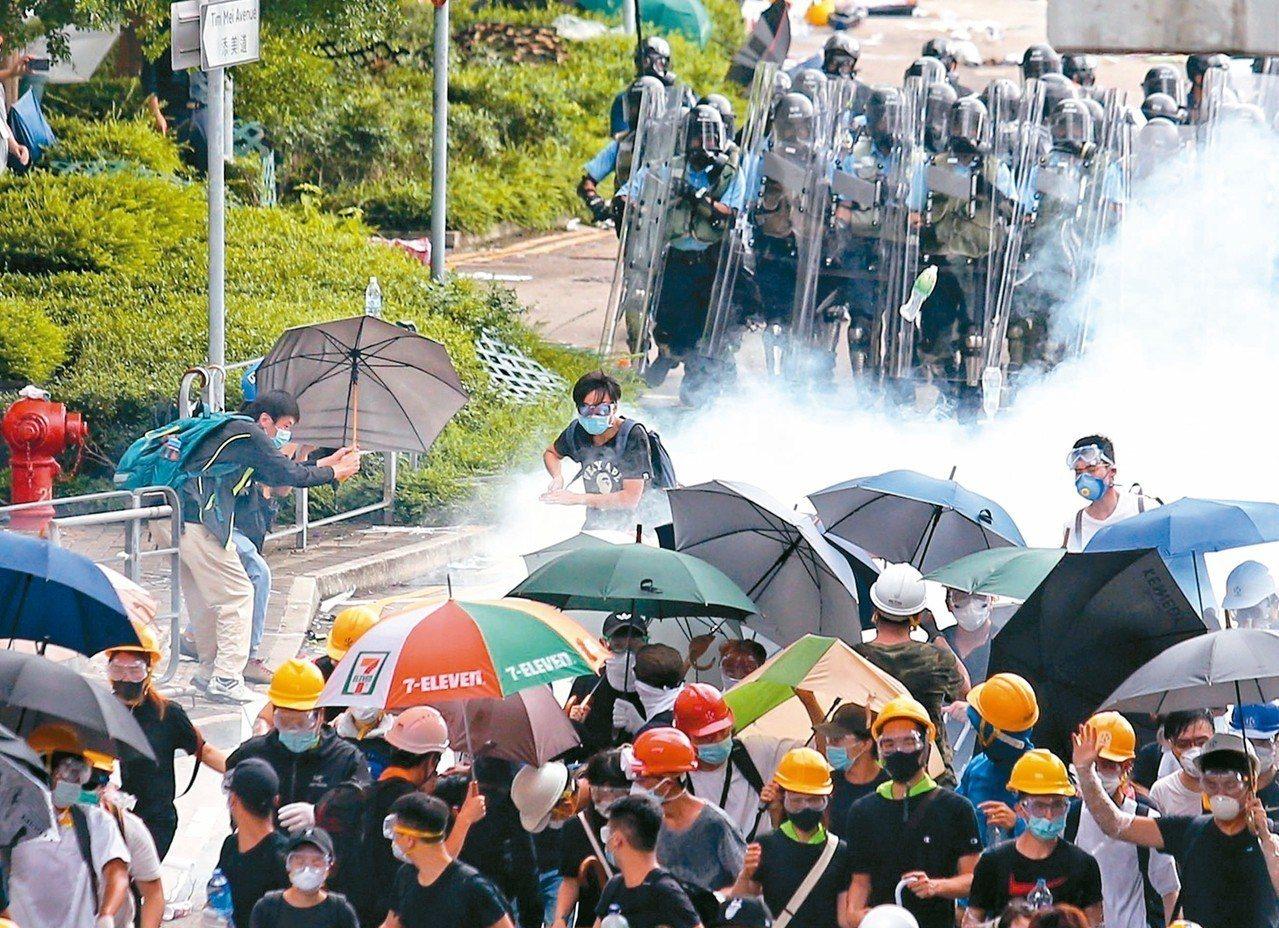 香港警方昨天向在立法會外示威抗議的民眾,丟擲催淚彈驅離民眾。 特派記者王騰毅╱攝...