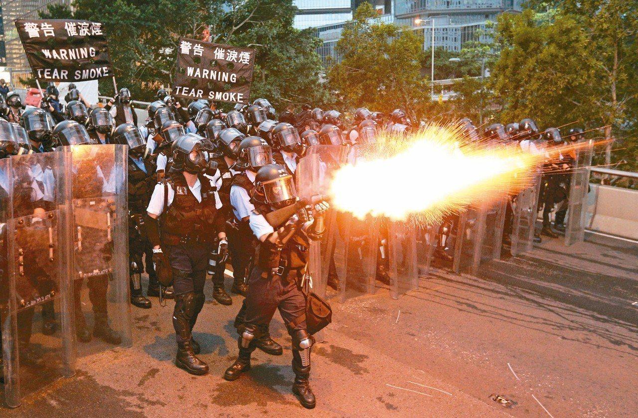 香港警方發射催淚瓦斯,試圖驅散「違法集結」人群。 (路透)