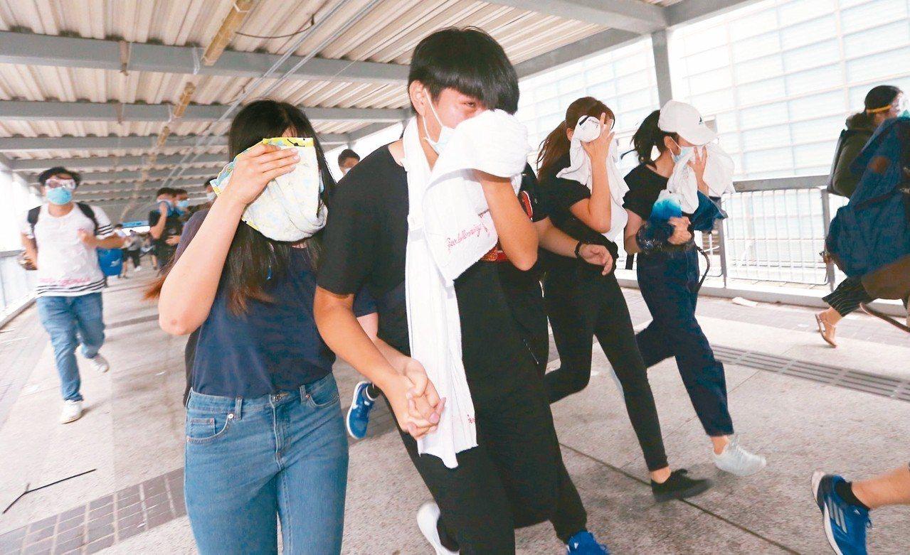 部分民眾咳嗽與掩住口鼻。 特派記者王騰毅/攝影