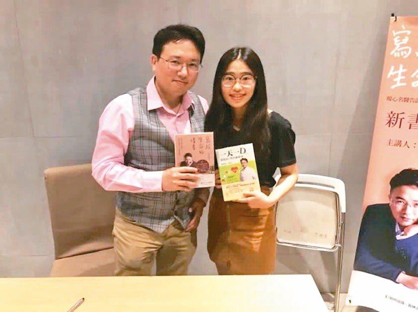 朱姓女高三生(右)是長庚醫院醫師江坤俊的粉絲,受到江坤俊的影響,決心擔任護理師。...