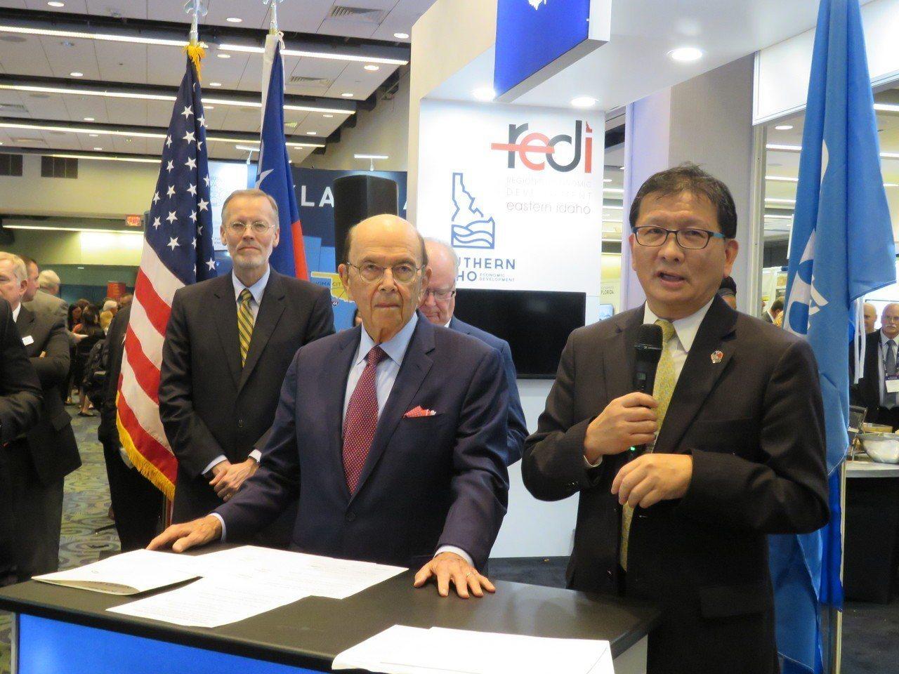 美國商務部長羅斯(中)十一日於「選擇美國」投資高峰會,宣布台企投資愛達荷州的計畫...