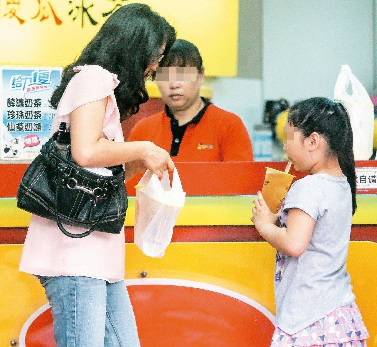 預防性早熟首先要從孩子體重控制起,並避免接觸環境荷爾蒙,例如使用塑膠產品;圖非當...