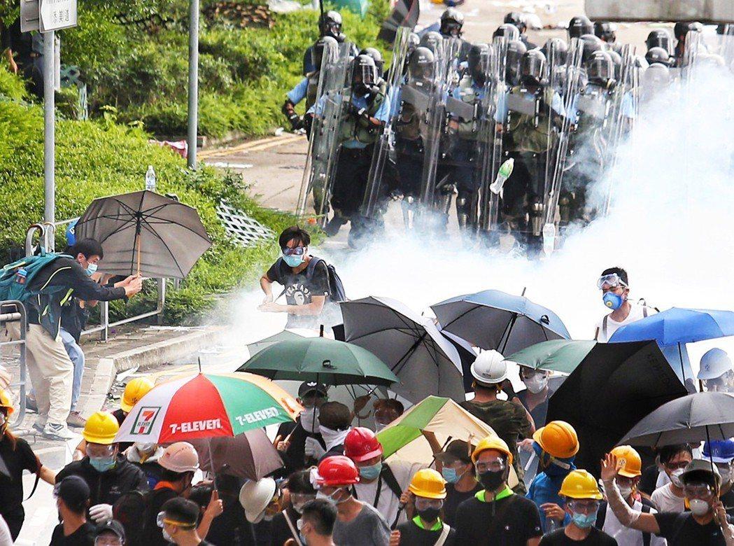 港警12日下午丟催淚彈驅離在香港立法會外聚集的民眾。 特派記者王騰毅/攝影