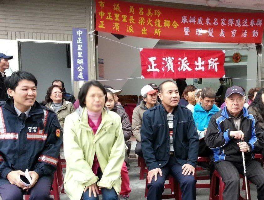從警38年在擔任派出所副所長時退休的梁火龍(前右二),已當了4年多的里長,他覺得...