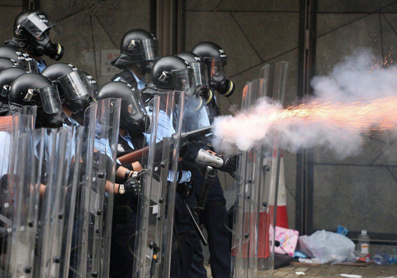6月12日,上萬民眾包圍立法會要求撤回條例,香港警方發射催淚彈。 路透社