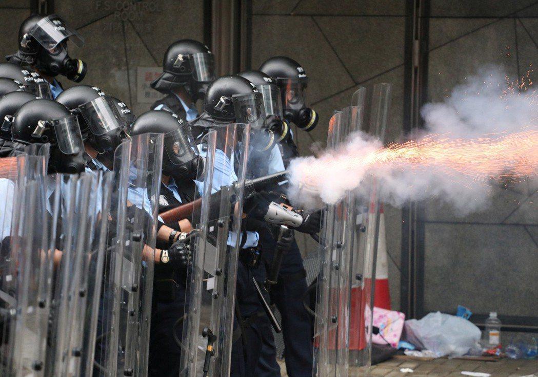 上萬民眾包圍立法會要求撤回條例,香港警方發射催淚彈。 (路透)