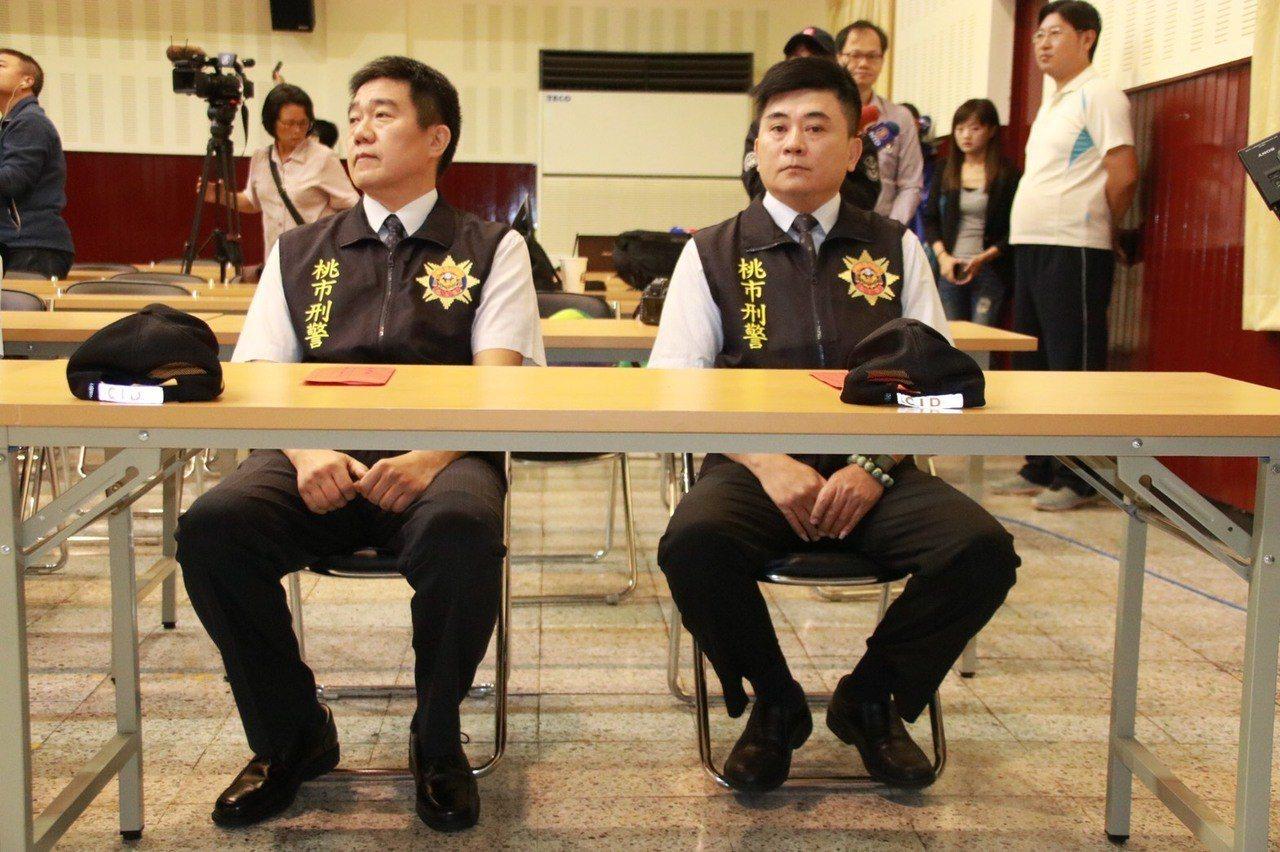 桃園分局小隊長王強生(左)洪俊德(右)昨晚和嫌犯談判,成功救出9名人質,將破格任...