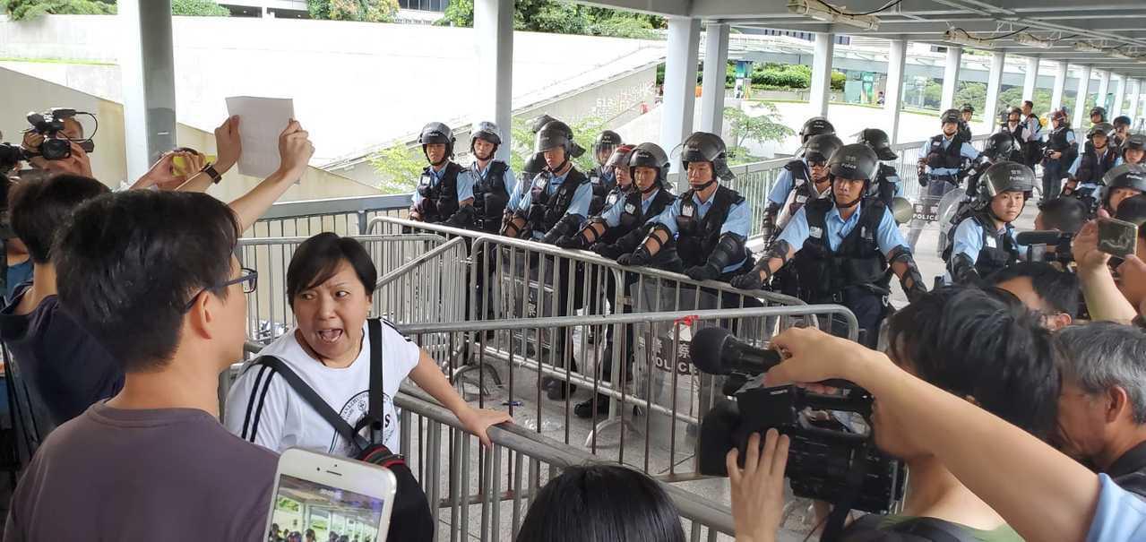 示威者在場不斷高喊「反送中」口號。星島日報