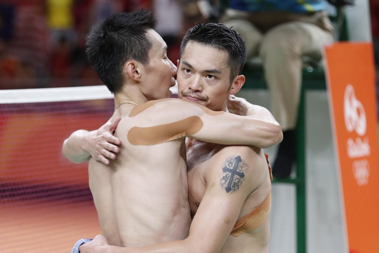李宗偉(左)與林丹在羽球場上是亦敵亦友,圖為里約奧運兩人相擁。 美聯社