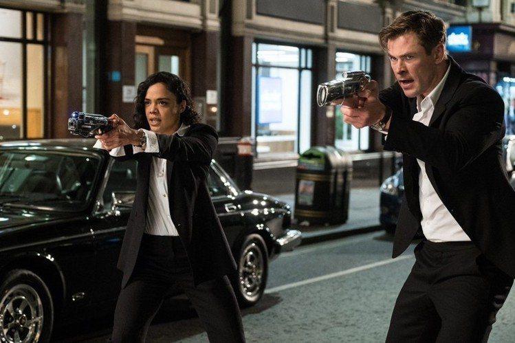 H探員(克里斯漢斯沃飾)和M探員(泰莎湯普森飾)身上穿的都是Paul Smith...