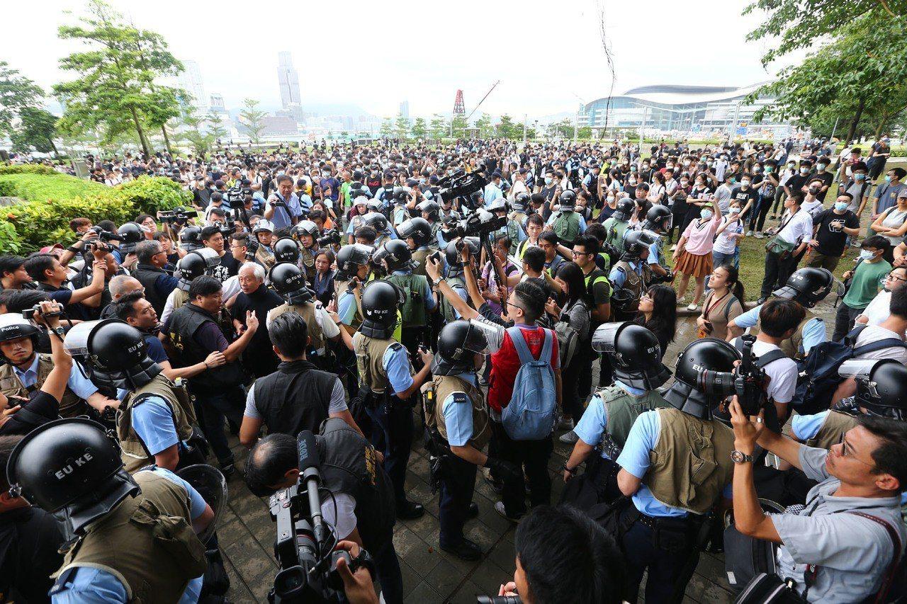 反送中示威警民衝突隔天,香港立法會周邊添馬公園中午聚集百名群眾與警方發生口角。 ...