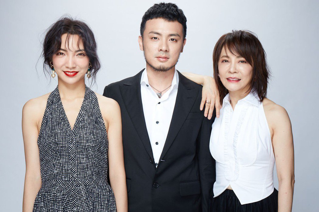 柴智屏(右)與女兒高雋雅(左)、女婿合影。圖/群星瑞智提供