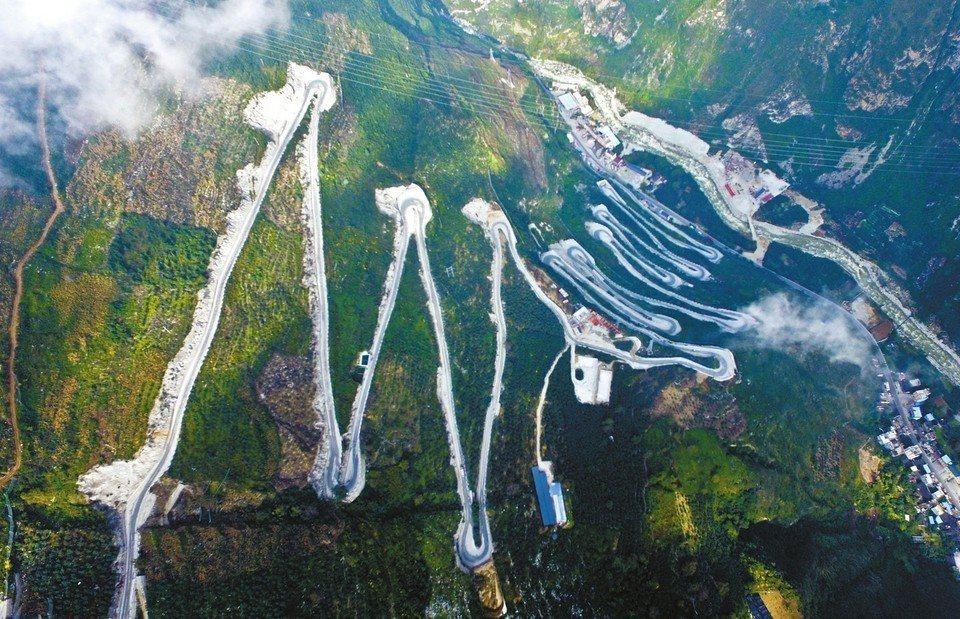 為打通川藏高速公路雅安到康定段的「大杠山隧道」,施工方做了一條施工便道,全長近9...