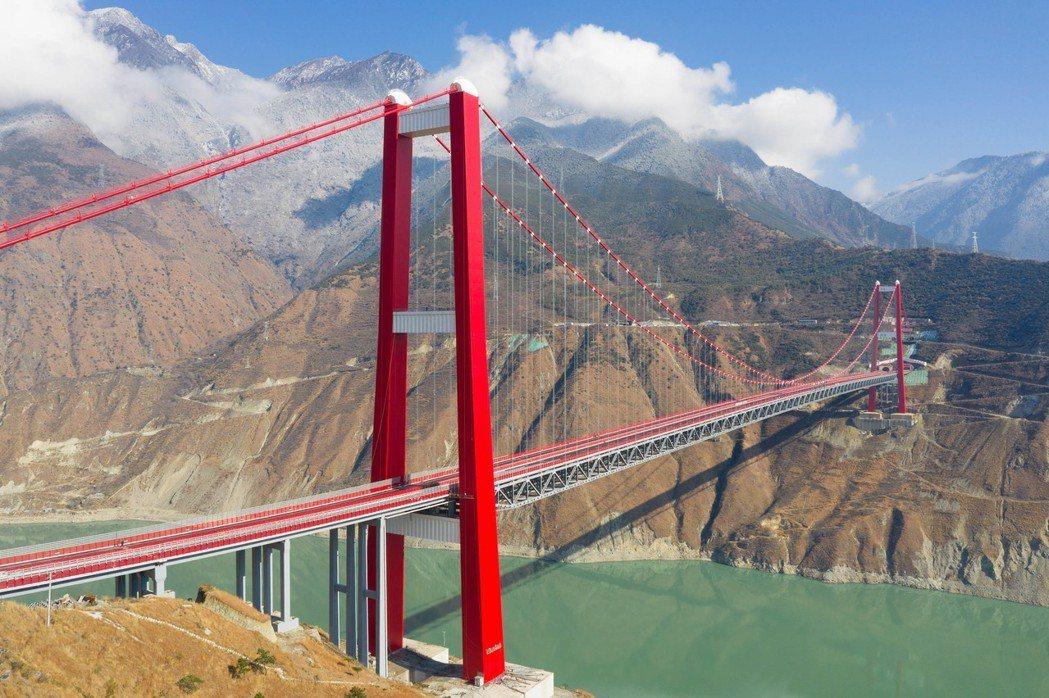 未來要修建的川藏鐵路怒江特大橋,橋面距谷底怒江江面的數字達700公尺。圖為興康特...
