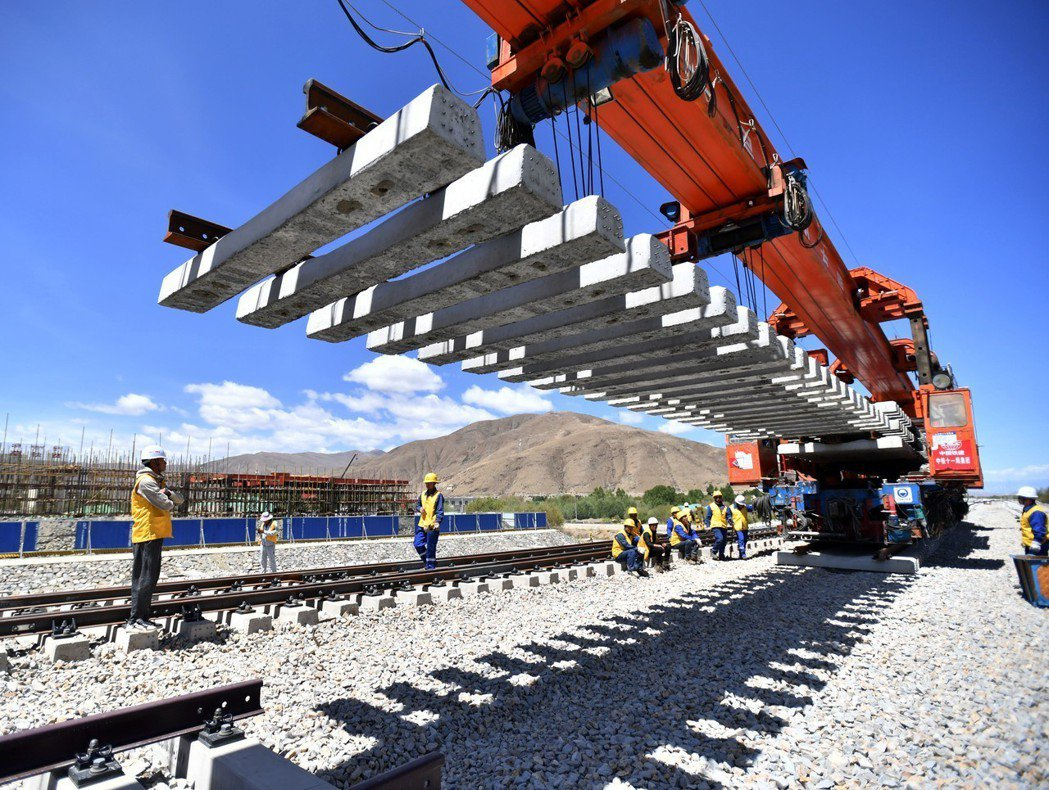川藏鐵路拉林段鋪軌至全線第二個新建車站,西藏扎囊站。 (新華社)
